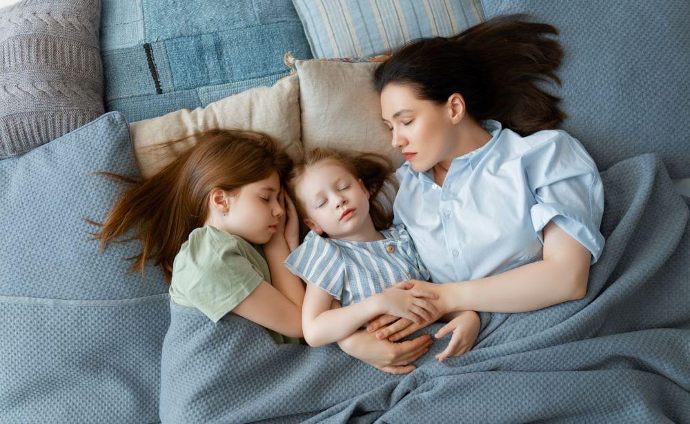 majka i cerke spavaju-min