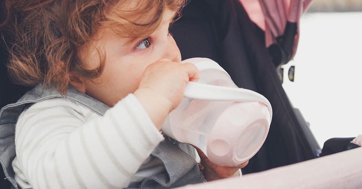 beba-pije-vodu